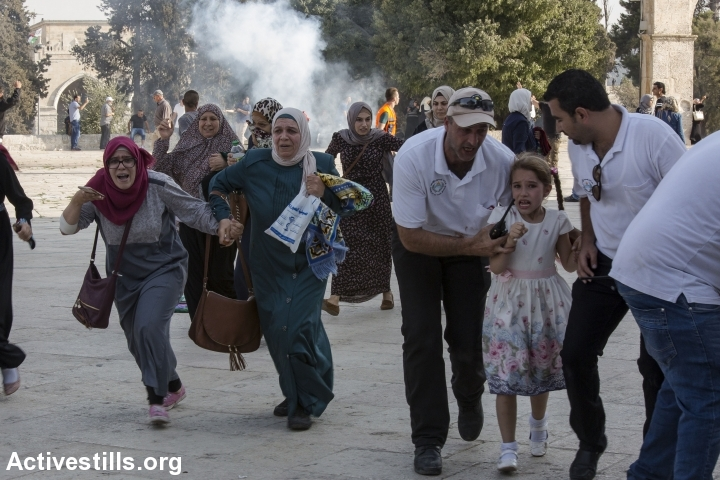פלסטינים בורחים בזמן ששוטרים משליכים רמוני הלם במתחם אל אקצה, 27.7