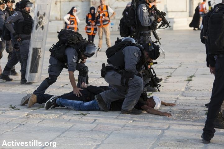 שוטרים עוצרים מתפלל במתחם אל אקצה 27.7