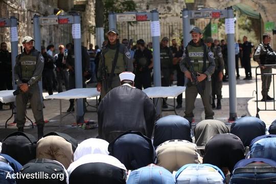 מאות מתפללים בכניסה לעיר העתיקה במחאה על הענישה הקולקטיבית בעקבות המתקפה החמושה על שוטרים בהר הבית והצבת המגנומטרים בכניסות. 16 ביולי 2017 (אקטיבסטילס)