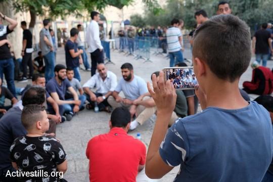 מחאת המגנומטרים. צעירים נענו לקריאת הווקף שלא להיכנס דרך גלאי המתכות 16 ביולי 2017 (אקטיבסטילס)