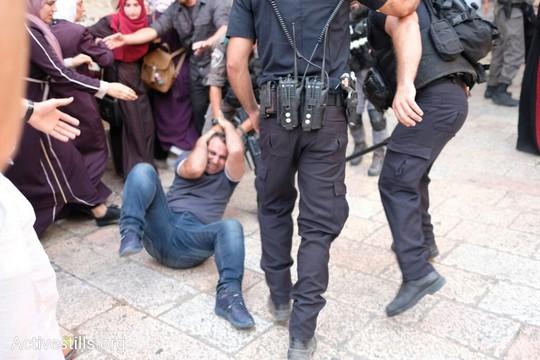 שוטרים מכים מפגין פלסטיני בכניסה להר הבית. 16 ביולי 2017 (אקטיבסטילס)