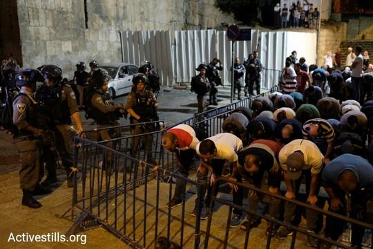 התפילות והמחאה נכנסו לתוך הלילה. מאות מתפללים בכניסה לעיר העתיקה במחאה על הענישה הקולקטיבית בעקבות המתקפה החמושה על שוטרים בהר הבית והצבת המגנומטרים בכניסות. 16 ביולי 2017 (אקטיבסטילס)