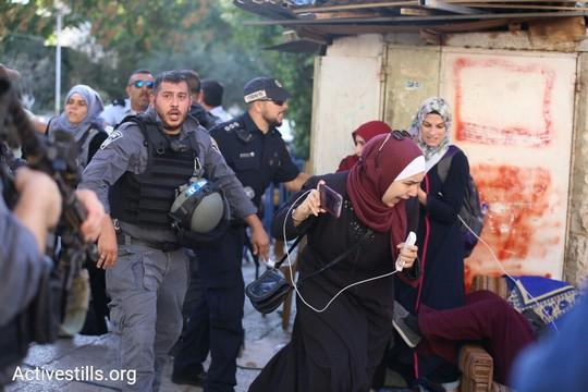 עימותים בין שוטרים למתפללים בעיר העתיקה. לאורך כל היום התפללו והפגינו מאות בכניסות לעיר העתיקה בירושלים, במחאה על הענישה הקולקטיבית בעקבות המתקפה החמושה על שוטרים בהר הבית והצבת המגנומטרים בכניסות. 16 ביולי 2017 (אקטיבסטילס)