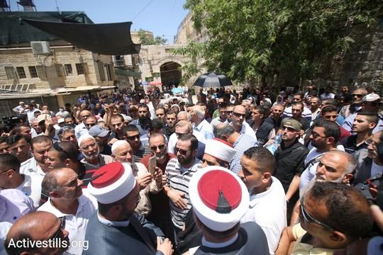מאות מתפללים בכניסה לעיר העתיקה שנענו לקראית הווקף שלא להיכנס בשל הפרת הסטטוס קוו מצד ישראל. 16 ביולי 2017 (אקטיבסטילס)