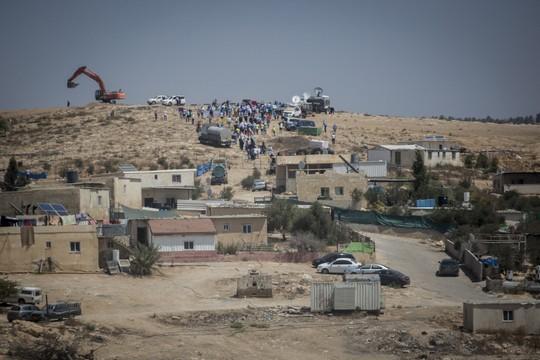 תושבים בדואים מנסים למנוע עבודות להקמת היישוב ליהודים חירן במקום היישוב אום אל חיראן שתושביו יגורשו (הדס פרוש/פלאש90)