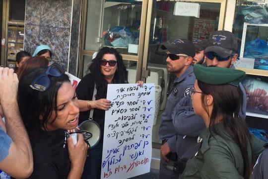 שולה קשת מול שוטרים בהפגנת תושבות דרום תל אביב (חגי מטר)
