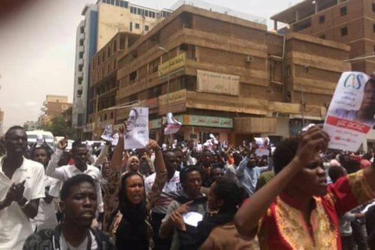 """אחת ההפגנות בסודאן נגד הפללתו של עומר, ברחוב החירות (""""אלחוריה"""") הנמצא בסביבת בית המשפט (צילום: פעיל אנונימי)"""