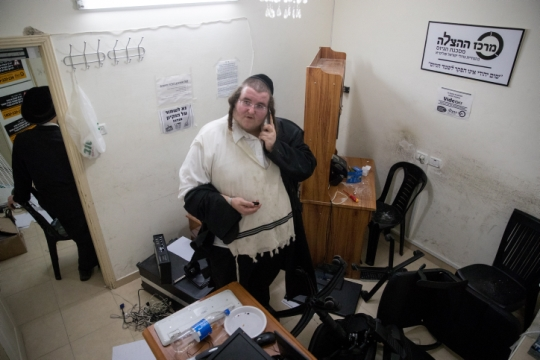 """הפשיטה על משרדי """"מרכז ההצלה"""" במאה שערים (צילום: יונתן זינדל, פלאש90)"""