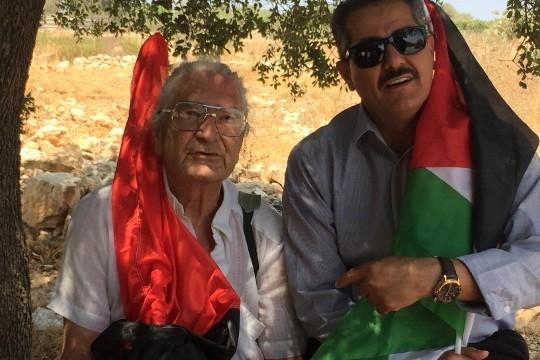 ראתב אבו-רחמה עןן אילן שליף בהפגנה בבלעין (חגי מטר)
