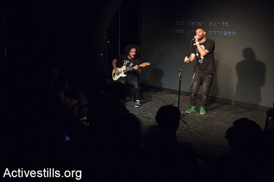 והמוזיקאים תאמר נפאר ואיתמר ציגלר בערב הסולידריות עם המשוררת דארין טאטור (קרן מנור/אקטיבסטילס)