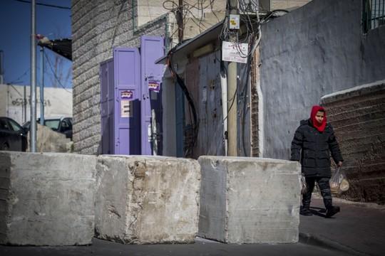 בטונדות בכניסה לג'בל מוכבר בירושלים המזרחית שהוצבו כענישה קולקטיבית (יונתן זינדל/פלאש 90)