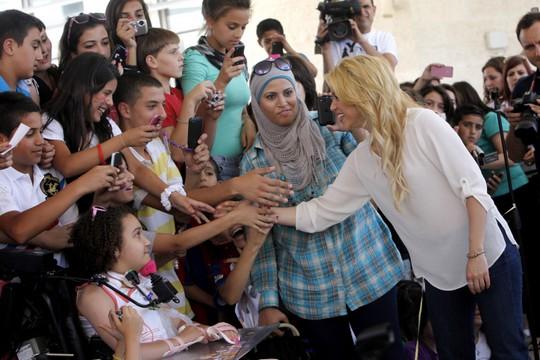 הזמרת שאקירה מבקרת בבית הספר הדו לשוני בירושלים ב-2011 (מרים אלסטר/פלאש90)