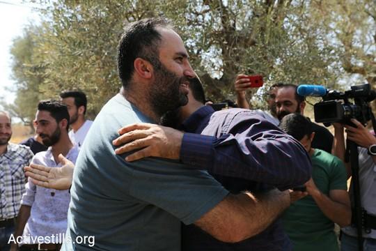"""קבלת פנים במרכז """"צעירים נגד התנחלויות"""" בחברון לפעיל זכויות האדם עיסא עמרו שהשתחרר לאחר שישה ימי מעצר בידי הרשות הפלסטינית (אורן זיו/אקטיבסטילס)"""