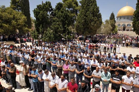 מתפללים במתחם אל אקצא (סלימאן חאדר/פלאש90)