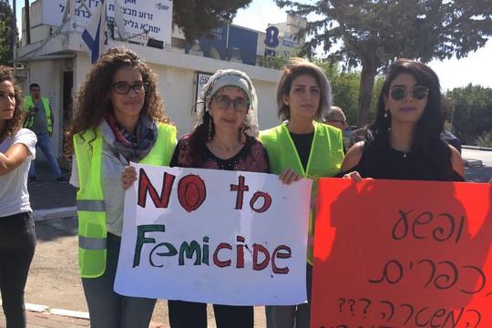 משמרת מחאה על אזלת ידה של המשטרה בפענוח רצח היבא מנאע, מול תחנת כרמיאל (צילום: איה מנאע)
