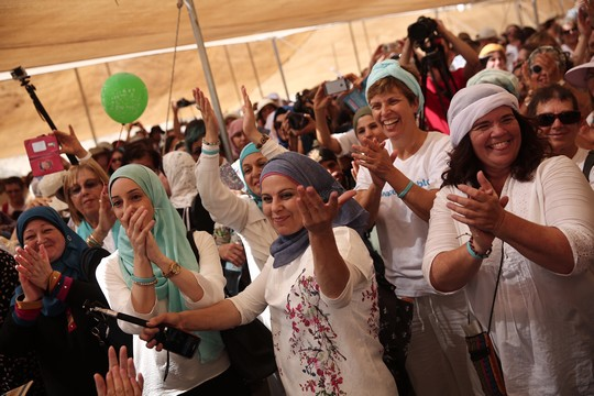 נשים ישראליות ופלסטיניות עושות שלום במסע השלום באזור ים המלח. 8 באוקטובר 2017. (פלאש 90)