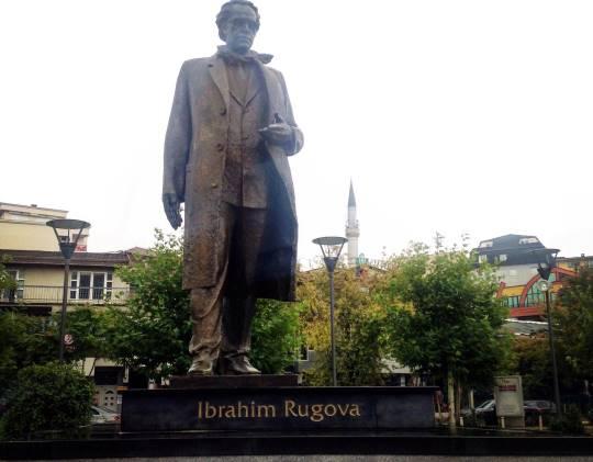 אנדרטה לזכר הגיבור העממי, הנשיא הראשון של רפובליקת קוסובו, איברהים רוגובה (צילום: יאסר אבו ערישה)