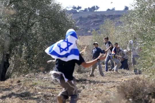 המתנחלים הפכו לגיבורי תרבות כי הם הדרך שלנו לחזור ל-1948. מתנחלים תוקפים חקלאים פלסטינים בגדה (צילום: אוליביה פיטוסי / פלאש90)