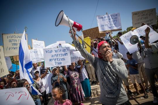 מדיניות חסויה שנמשכת עד היום. הפגנה של יוצאי אתיופיה שתקועים במרכז הקליטה במבשרת ציון. יוני 2017. (צילום: יונתן זינדל / פלאש90)