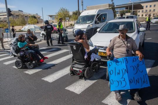 הנכים ממשיכים לחסום כבישים. מול בית המשפט העליון בירושלים 24 באוקטובר 2017 (יונתן זינדל / פלאש90)