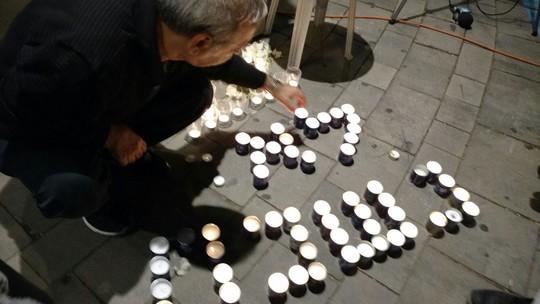 """נרות לזכר ראש הממשלה שנרצח יצחק רבין. שוע 50 ברציפות מול בית היועמ""""ש בפתח תקווה (אורלי נוי)"""