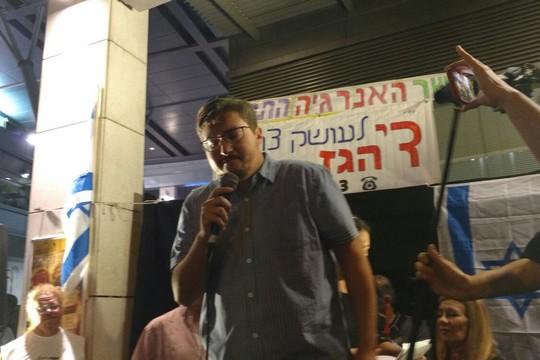 """אלי ביתאן, מעורכי שיחה מקומית, בהפגנה ה-50 נגד שחיתות שלטונית מול בית היועמ""""ש בפתח תקווה (אורלי נוי)"""
