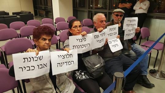 תושבי אבו כביר מוחים בישיבה של מועצת העיר תל אביב-יפו (צילום: מיכאל סולסברי-כורך)