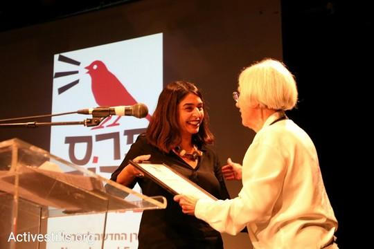 אורלי נוי מקבלת את פרס דרור בשם מערכת שיחה מקומית מידי השופטת הדימוס דליה דורנר (אורן זיו/אקטיבסטילס)