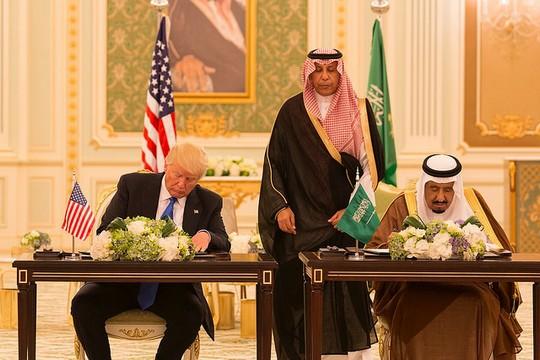 """הנשיא טראמפ והמלך סלמאן חותמים על הסכם חזון משותף בין ארה""""ב לסעודיה. 20 במאי 2017, ריאד (צילום: Shealah Craighead, הבית הלבן, CC BY 2.0)"""