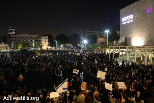 מפגינים בבריכה של כיכר הבימה וסביבה במחאה נגד השחיתות (אורן זיו / אקטיבסטילס)
