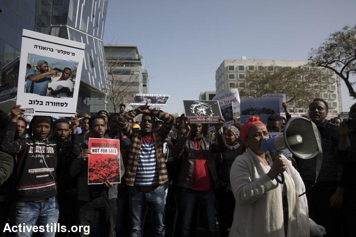 מבקשי מקלט מפגינים מול שגרירות רואנדה במחאה על ההסכם החסוי עם ישראל. (צילום: אורן זיו / אקטיבסטילס)