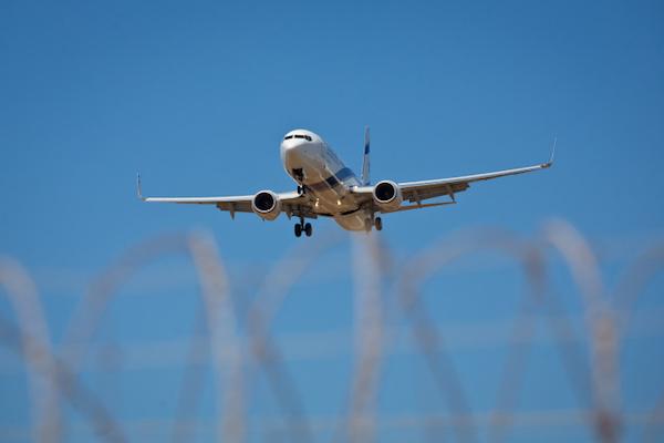 מטוס אלעל נוחת בשדה התעופה בן גוריון (משה שי / פלאש90)