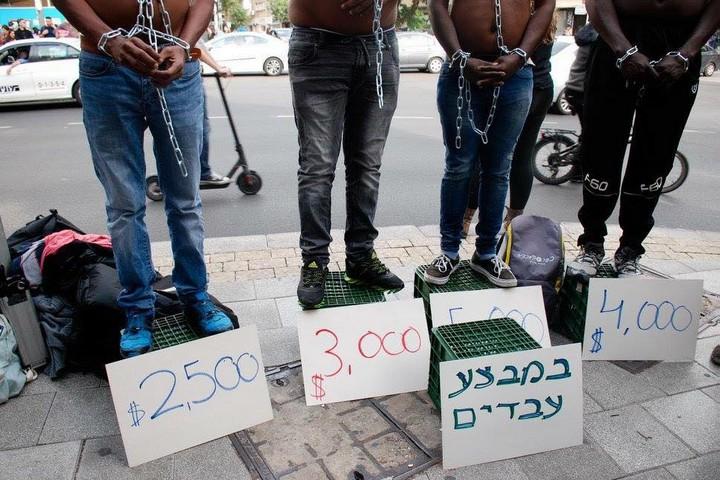 מבקשי מקלט במיצג מחאה על הכוונה למכור אותם למדינות באפריקה (צילום: סוניה חיים)
