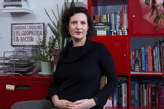 """מנכ""""לית """"קול יהודי לשלום"""" רבקה וילקומרסון במשרדה בניו יורק. מרץ 2017 (צילום: מיה לוין)"""