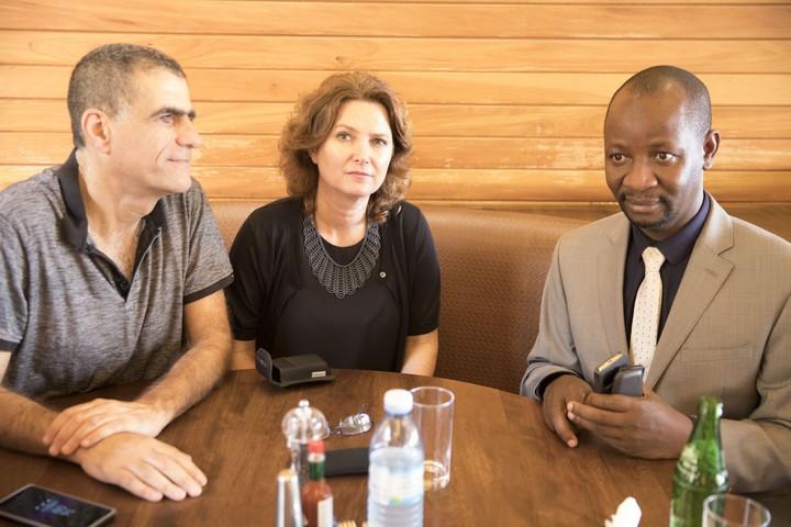 חבר הפרלמנט האוגנדי סמוג'ו איבראהים אוננדה עם חברי הכנסת מיכל רוזין ומוסי רז (מרצ) בפגישה בקמפלה, אוגנדה. פברואר 2018 (אורן זיו / אקטיבסטילס)