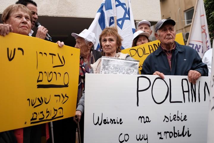 ניצולי שואה ממפגינים מול שגרירות פולין בישראל. פברואר 2018 (תומר נויברג / פלאש 90)