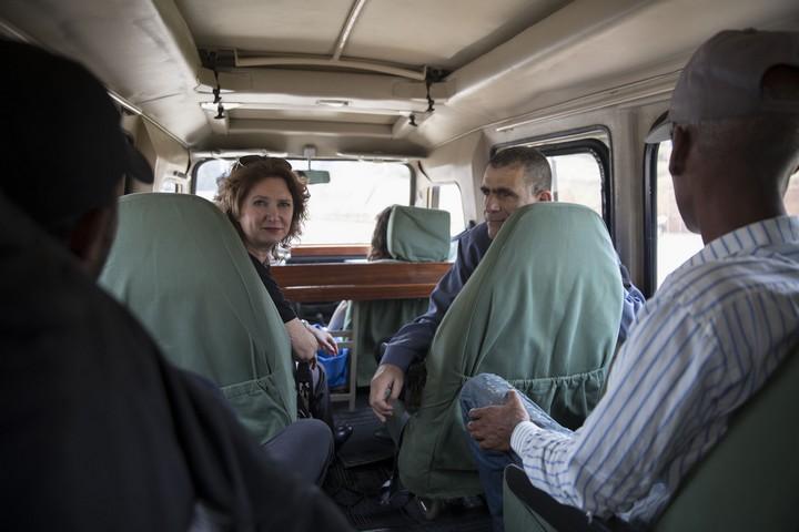 חברי הכנסת מוסי רז ומיכל רוזין עם מבקשי מקלט שעזבו מישראל לרואנדה (אורן זיו / אקטיבסטילס)