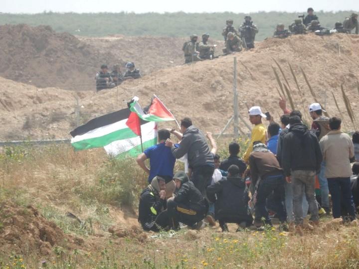 מפגינים מול חיילים. המחאה החזירה את עזה לסיפור הלאומי הפלסטיני (צילום: אולפת אל-כורד, בצלם)