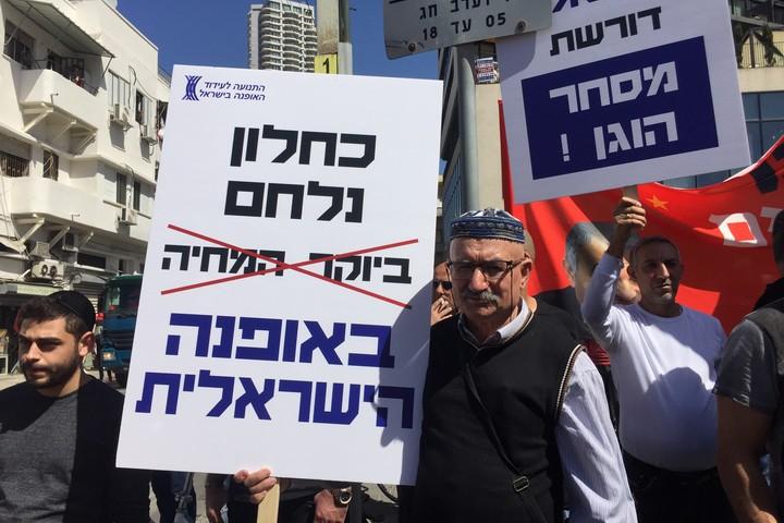 איש טקסטיל מבית ג'אן בהפגנה נגד כחלון בתל אביב (חגי מטר)