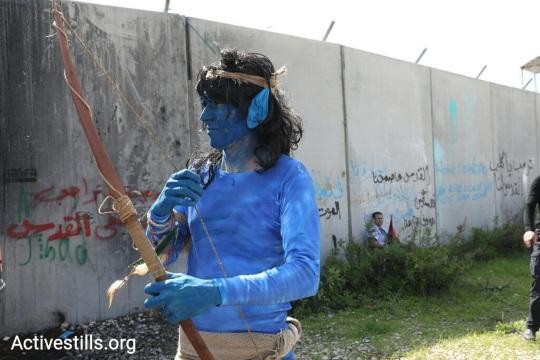 """מפגין הלבוש כדמות מ""""אוואטאר"""". הפגנה לציון היום השנה ה-13 למחאה נגד הגד בבלעין (אורן זיו/ אקטיבסטילס)"""