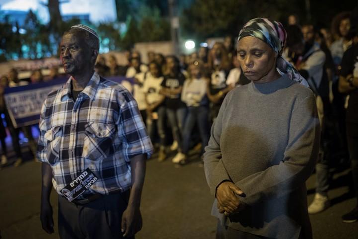 הוריו של אברה מנגיסטו באוהל המחאה מול בית ראש הממשלה. 4 באפריל 2018 (הדס פרוש / פלאש 90)