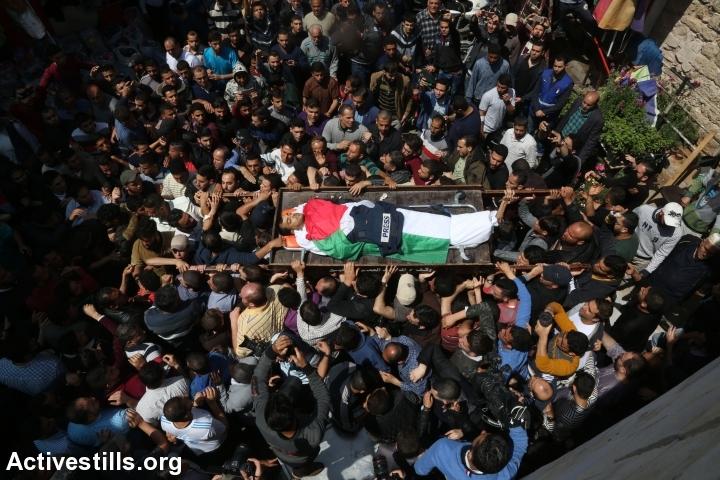 מסע הלוויתו של צלם העיתונות יאסר מורתג'א שנהרג מאש חיילים במהלך צעדת השיבה. עזה, 7 באפריל 2018. (מוחמד זאנון / אקטיבסטילס)