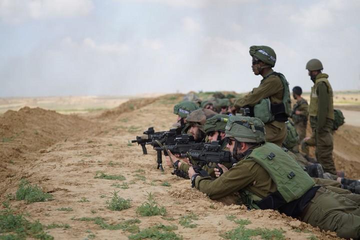 """הפקודות מתירות לירות לרגליים של ]לסטיני שמתקרב לגדר או שמוגדר כ""""מסית"""". חיילים בנשקים שלופים מול מפגיני צעדת האדמה בגבול עזה (צילום: דו""""צ)"""