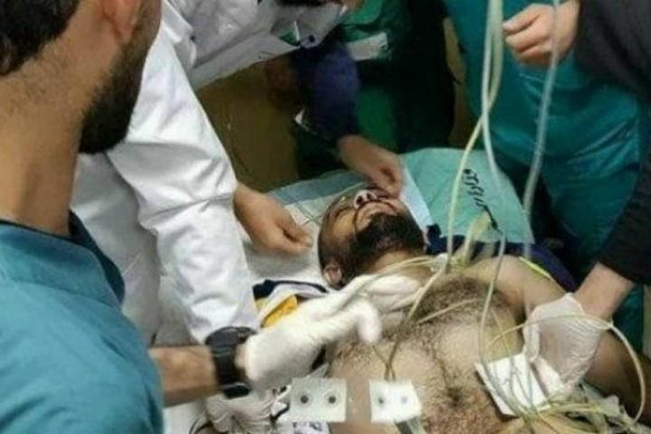 העיתונאי אחמד אבו-חוסיין אחרי שנורה במהלך הפגנה ליד הגבול ב-13.4.18