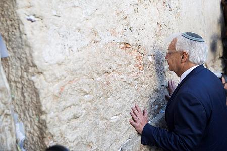 השגריר האמריקאי דיוויד פירדמן ליד הכותל. הפלסטינים בירושלים הוא הקבוצה הכי מופלה וענייה, למעט עזה (צילום: רוב גוסט/פלאש90)