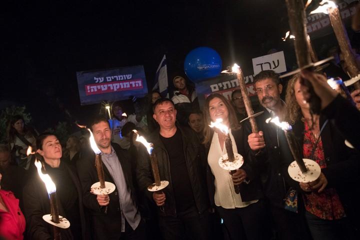 """חברי כנסת בהפגנת המחנה הציוני בתמיכה בבג""""ץ ונגד חוק ההתגברות. (צילום: יונתן זינדל / פלאש90)"""