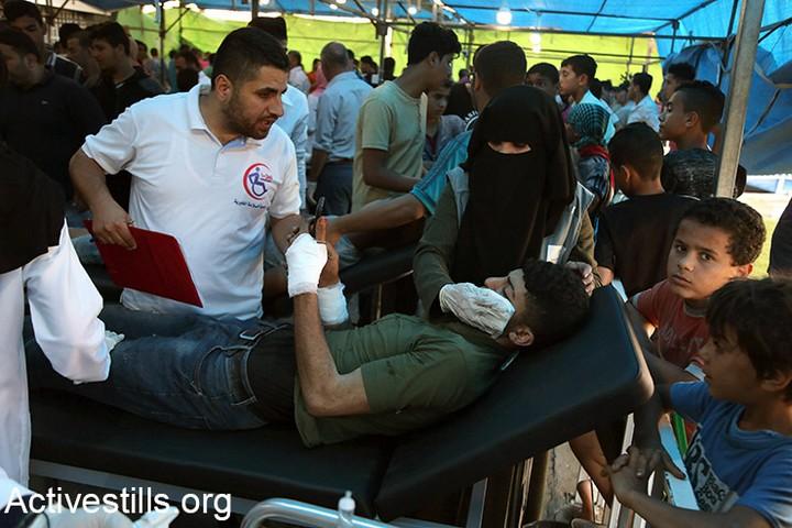 עומס עצום מאיים להכריע את בתי החולים בעזה. 52 נהרגו ומעל ל-2,400 נפצעו במהלך ההפגנה השישית בסדרת צעדות השיבה. 14 במאי 2018 (מוחמד זאנון / אקטיבסטילס)