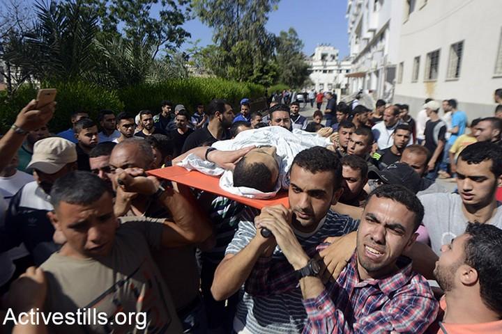 אחד ההרוגים מחוץ לבית החולים שיפא בעזה. 52 נהרגו ומעל ל-2,400 נפצעו במהלך ההפגנה השישית בסדרת צעדות השיבה. 14 במאי 2018 (מוחמד זאנון / אקטיבסטילס)