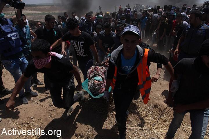 בעימות צבאי, לישראל תמיד היה ויהיה יתרון מובנה. מול עשרות אלפי אזרחים שרצים לגדר – הרבה פחות. פצועים מפונים בהפגנת השיבה גבול עזה, 15 במאי 2018 (אקטיבסטילס)