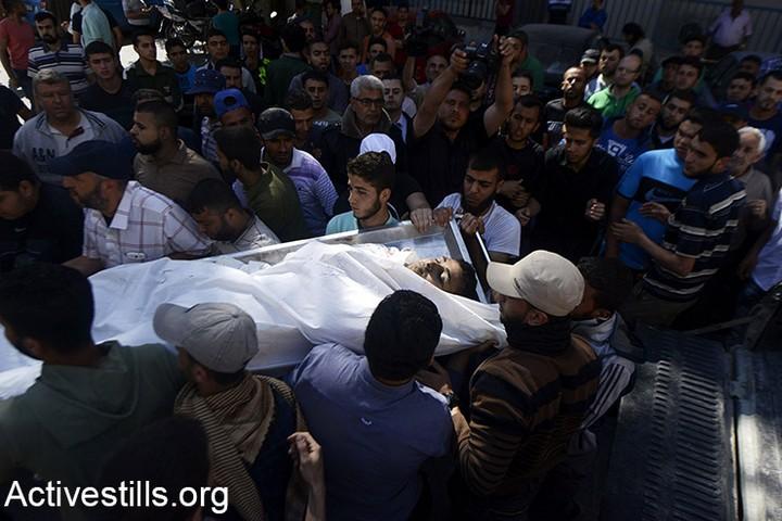 אחד ההרוגים מחוץ לבית החולים שיפא בעזה. 60 נהרגו ומעל ל-2,400 נפצעו במהלך צעדת השיבה בגבול עזה. 14 במאי 2018 (מוחמד זאנון / אקטיבסטילס)